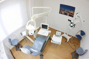 Moderne Behandlungsräume mit aktueller technischer Ausstattung